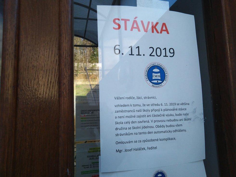 Zavřená zůstala i školní jídelna na ZŠ Masaryka v Českém Krumlově, kam si dopoledne chodí pro obědy senioři.