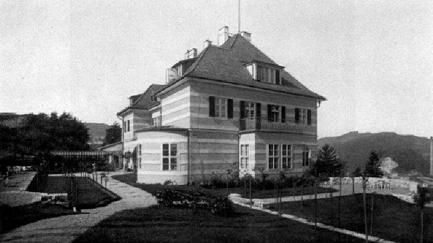 Vilu si pro sebe nechal postavit Hans Spiro, syn zakladatele větřínských papíren Ignáce. Byla postavena vletech 1922-1923.Spirovi coby Židé zKrumlovska vroce 1938utekli, Němci jim pak majetek, včetně této vily, zabavili.
