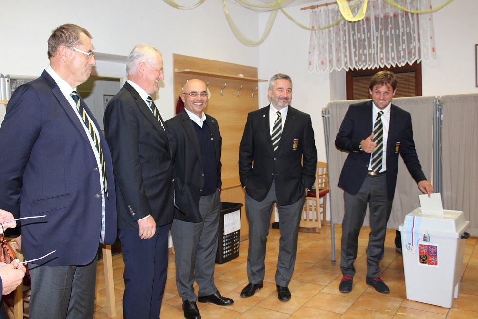 V Mirkovicích na Českokrumlovsku se v pátek k volbám dostavili kromě místních občanů také členové výboru České golfové federace.