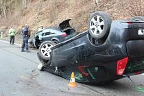 Silnice z Českého Krumlova do Větřní je uzavřena. Za Větřním havarovala tři osobní auta.