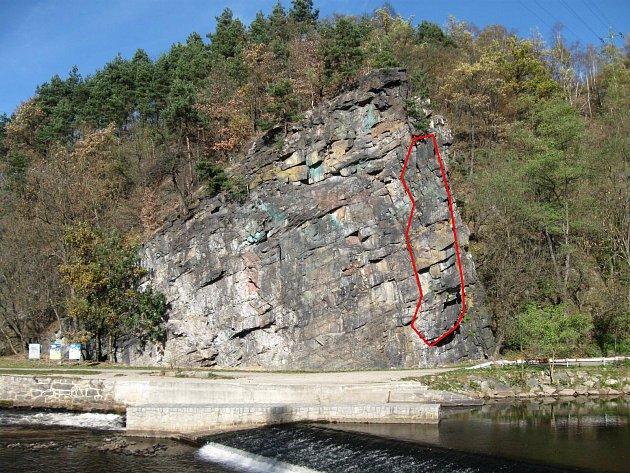 Část skály vyznačené červeně bude stržena. Jestli to bude stačit, se teprve uvidí.