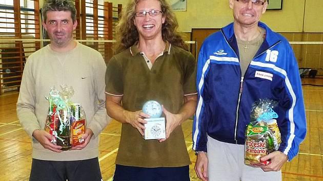 Trojlístek nejlepších hráčů 27. ročníku turnaje neregistrovaných v Křemži: zleva bronzový Jiří Reitinger, vítězný obhájce loňského prvenství Miloš Veselý a stříbrný Pavel Klinkl.