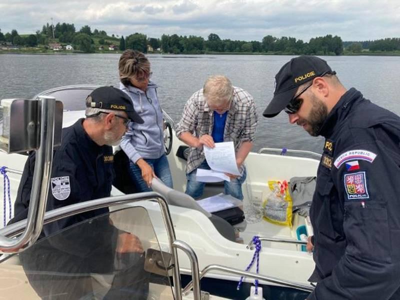 Policisté z Horní Plané ve člunu vyrazili na hladinu Lipna. Kontrolovali lodě a jejich posádky.