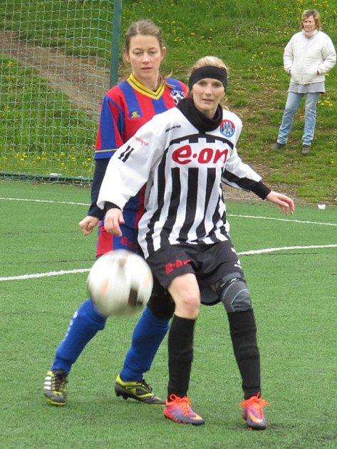 Kaplická kapitánka Pavla Křivová (před borovanskou Janou Pečmanovou) se tentokrát podílela na třech gólech vítězek.