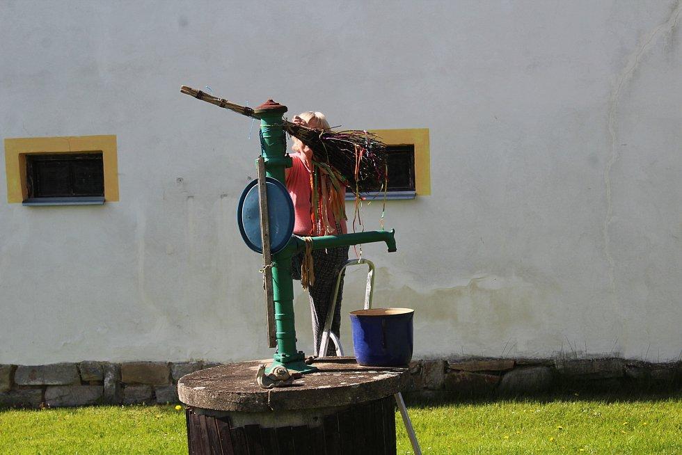 Instalace koštěte pro čarodějnice na pumpu v Zubčické Lhotce.