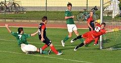 Sedm minut před koncem zvyšoval soběslavský Pavel Nohava přes snahu bránícího Jakuba Kabeleho (vlevo) i hostujícího brankáře Filipa Hňupa (vzadu Matěj Švec) na 2:0.