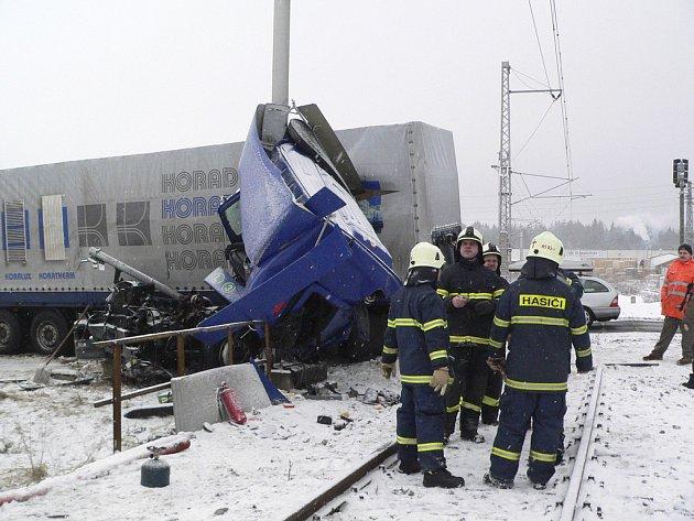 Vlak zdemoloval kabinu řidiče, který naštěstí stačil vyskočit.