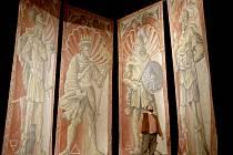 Čtyři dokončená plátna zaplnila o víkendu celý prostor jeviště českokrumlovského divadla. Zavěšená na věži se však budou jevit jako malé výkresy. Na snímku Jan Vozábal.