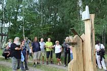 Pětice soch a sousoší na téma Markéta Lazarová zdobí dubovou alej na naučné stezce Brložsko