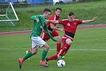 Na vysokou domácí výhru s nováčkem v barvách plzeňského Petřína, kterou gólem na 4:1 pečetil Matyáš Babka (vlevo u míče), zelenobílí nenavázali a s druhým západočeským novicem z Přeštic pro změnu o tři branky prohráli.