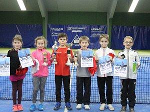 Nejmladší naděje LTC na klubovém mistrovství – (zleva): bronzové Ema Boháčová a Josefína Bohdalová, zlatý Jiří Shrbený, stříbrný  Karel Čepelák, Adam Chalupa a Robin Zemek.