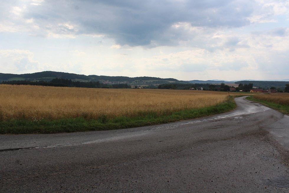 Křižovatka mezi Zubčickou Lhotkou a Zvíkovem. Právě tudy povede dálnice D3.