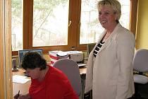 Ředitelka českokrumlovských Domů s pečovatelskou službou Ivana Ambrusová (vpravo) ve velíně telekontaktní tísňové linky.