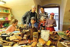 V českokrumlovských klášterech, které letos vykážou ztrátu 7,7 milionu korun, se o sobotách pravidelně konají řemeslné dílny pro veřejnost.