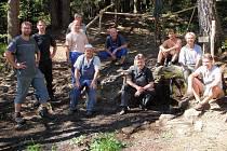 Následky řádění vandalů u Srdíčka odstranila parta dobrovolníků během nedělního dopoledne.