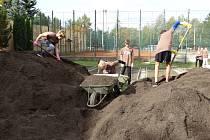 Terénní práce a výsadba v rámci projektu 72 hodin po vedením krumlovských zahrádkářů a organizace Vesnické zahrady.