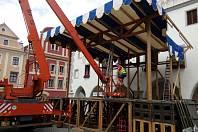 Pódium na náměstí v Krumlově už se staví.