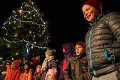 Slavnostní rozsvícení vánočního stromu ve Velešíně o první adventní neděli. Foto: Petr Skřivánek