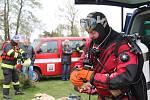 Krumlovští vodní záchranáři (na snímku potápěč Tomáš Dvořák) ve spolupráci s hasiči z Černé v Pošumaví připravují dráhu pro ponor.