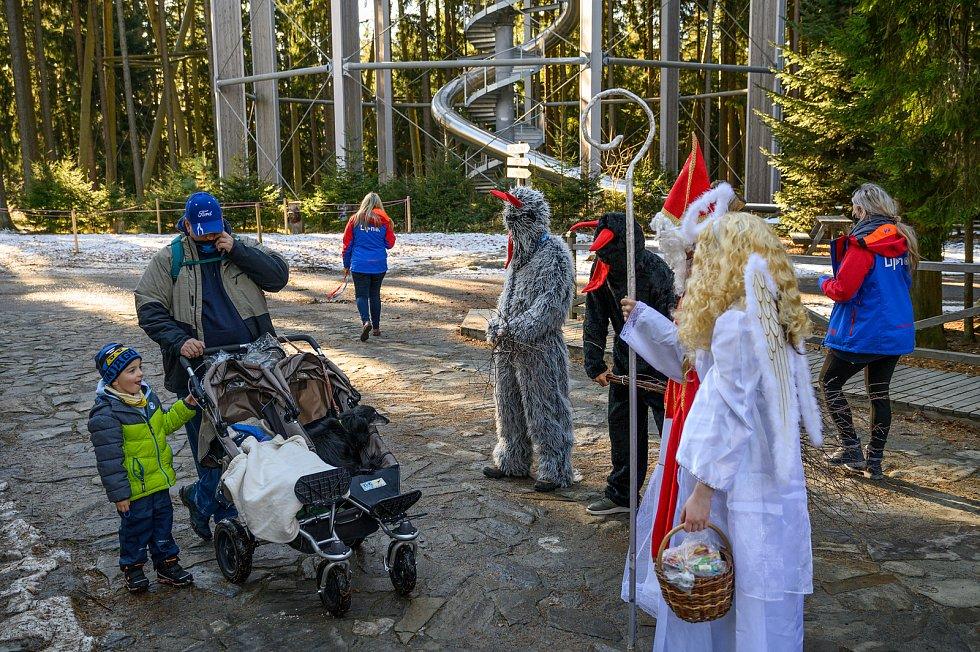 Mikulášská nadílka u Stezky v korunách stromů na Lipně.