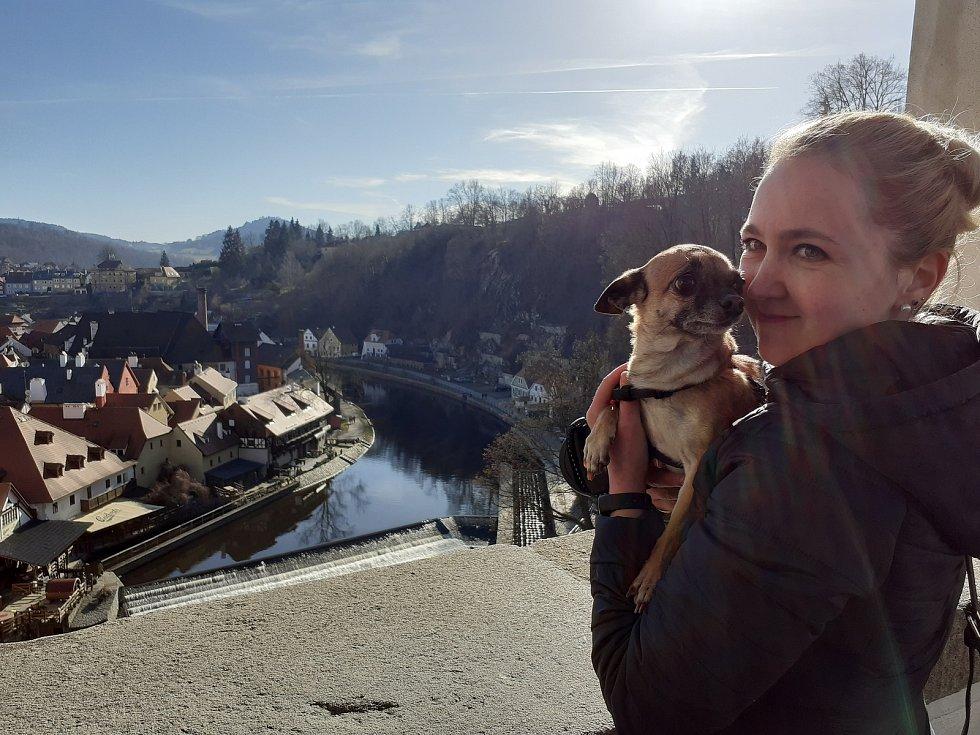 Téměř jarní počasí přilákalo do Českého Krumlova v sobotu výletníky. Výhled z Plášťového mostu.