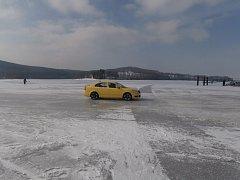 Někteří řidiči jezdí po zamrzlém jezeře u Horní Plané pro zábavu.
