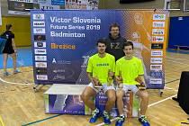 Krumlovští badmintonisté Jaromír Janáček a Tomáš Švejda společně s trenérem Radkem Votavou po vítězném turnaji ve Slovinsku.