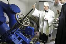 Namísto přestřižení pásky se v klášteře využívá svěcená voda. Nové turbíně přijel požehnat opat Gottfried z kláštera ve Wilhelingu.
