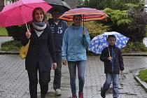 Přivítání prvňáčků v sále Obecního úřadu městyse v Křemži. V doprovodu rodičů a sestry přichází Josef Matoušek.