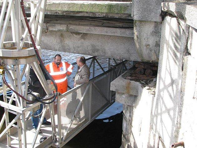 Mimořádná prohlídka stavu mostu Edvarda Beneše v Českém Krumlově.