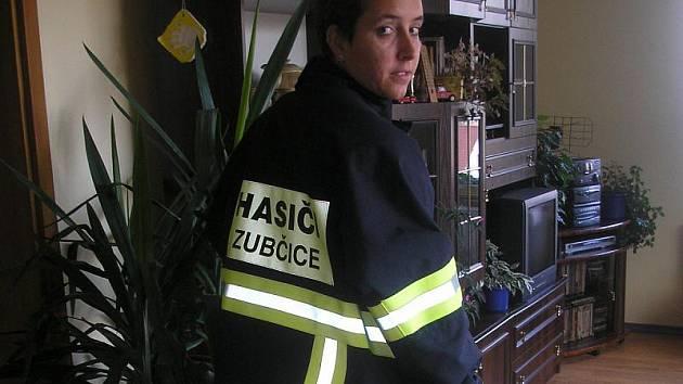 Svou vlastní uniformu zatím členka ženského družstva zubčického sboru dobrovolných hasičů Petra Poslová nemá, a tak si pro účely fotografování vypůjčila zásahový oblek od svého švagra.