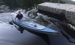 Jako první si po vyhrazení sportovní propusti pod Barevnou skálou sjel vodák na kánoi.