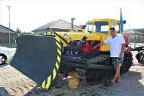 Milan Rytíř oceňuje, jak v pásovém traktoru Kazachstán vše důkladně promyšlené. Díky tom, se ke všem dílům a součástkám dobře může a jednotlivé části soustrojí jde jednoduše vyměnit.