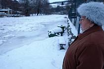 Ledová krusta přikryla v ulici U Vltavy v Českém Krumlově nejen samotné koryto řeky, ale také přibližně dva metry široký břeh (pod plotem napravo), po němž se jindy dá procházet. Zvýšená hladina vody také povalila odpadkové koše pro vodáky na břehu.