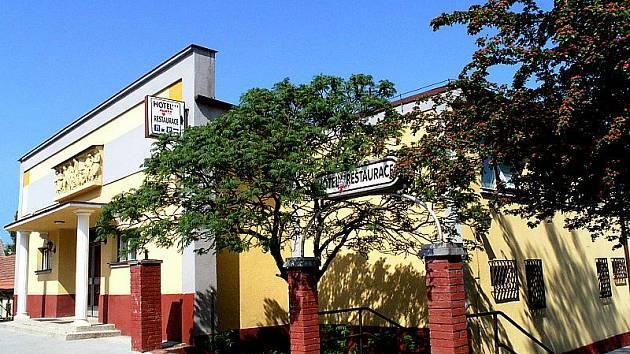Areál nazvaný Senior–Party, jenž vzniká přestavbou objektu někdejšího kulturního domu ve Strahovské ulici ve Velešíně, nabídne seniorům i dalším zájemcům všeho věku nadstandardní ubytování doplněné o celou škálu služeb.