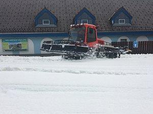Rolbaři se na Lipně pustili do rozhrnování hromad sněhu po sjezdovkách