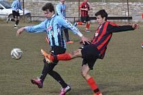 O pohříchu jediný gólový úspěch Nové Vsi v generálce s Frymburkem se postaral Milan Ďurica (vlevo, v souboji s hostujícím Janem Ribárem), jenž vyrovnával na 1:1.