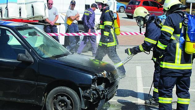 Hasiči likvidovali požár auta. Jednalo se jen o cvičení.