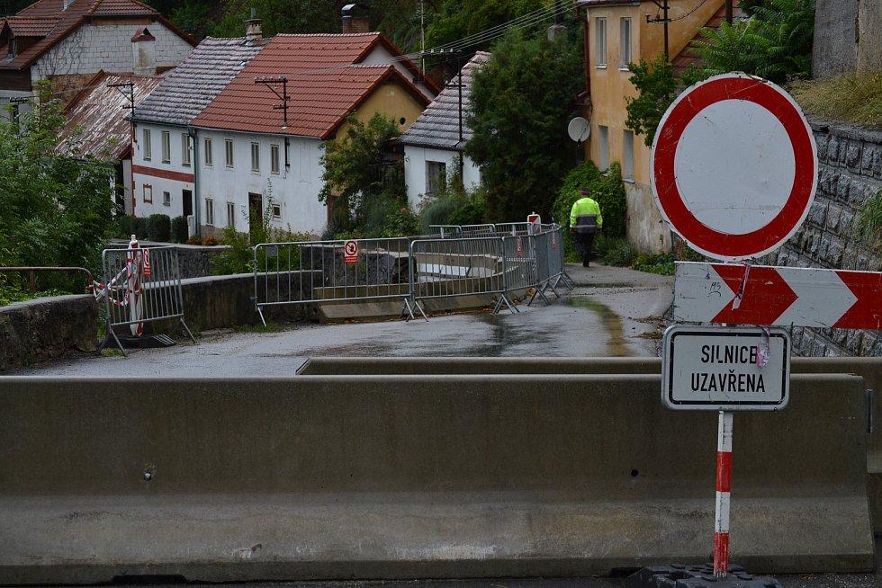 Opěrná silnice vedoucí do Chlumu se ve čtvrtek zhroutila.