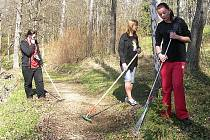 S údržbou parku místnímu sdružení občas pomohou i děti. Při letošním Dni Země se zapojili například žáci místní školy.