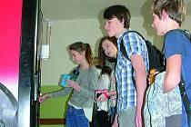 Přestávka, chvíle občerstvit se. U jednoho z automatů v českokrumlovském gymnáziu se vytvořila fronta.