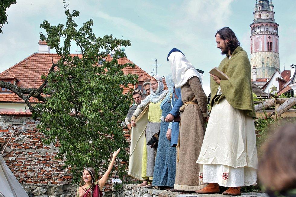 Do českokrumlovské Pivovarské zahrady se o víkendu nastěhovala pravěká kupecká osada.