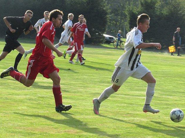 Kapličtí poprvé v sezoně vezli z venku tři body, na čemž  se v Chlumu u Třeboně gólově podílel i Robert Daniel (vpravo stíhaný chlumským Janem Dlouhým).