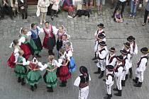 Ozdobou Svatováclavských slavností v Českém Krumlově je Mezinárodní folklórní festival, kdy je možno potkat tanečníky i v ulicích města.
