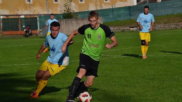 Velešínští fotbalisté (u míče František Zimek před domácím Jaroslavem Králem) hráli v derby prim.