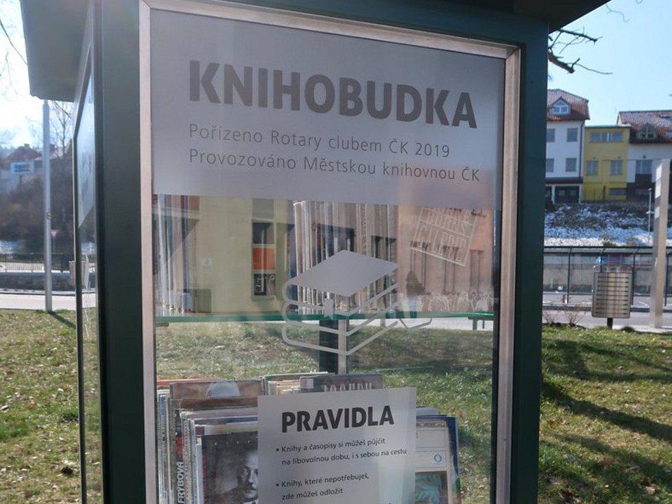 Knihobudka na krumlovském autobusovém nádraží.