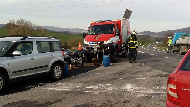 Na křižovatce silnic I/39 a II/155 nad Harazimem došlo k nehodě osobního auta a motocyklu.
