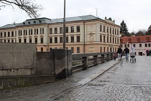 Po chodnících Benešova mostu se pěší po instalaci dřevěných zábran dlouho neprojdou...