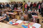 První školní den v ZŠ Kájov. Slavnostího uvítání se zúčastnil i místostarosta obce Daniel Vejvoda. Paní matrikářka Klára Bazalová dětem předala pamětní listy.