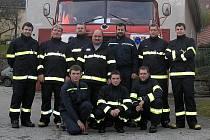 """""""Od ohně jdeme často rovnou do práce, neboť žádné úlevy nemáme. I tak mě ale hasičina pořád moc baví,"""" řekl velitel zubčických chráněnců sv. Floriána Aleš Kališ (sedící vpravo)."""